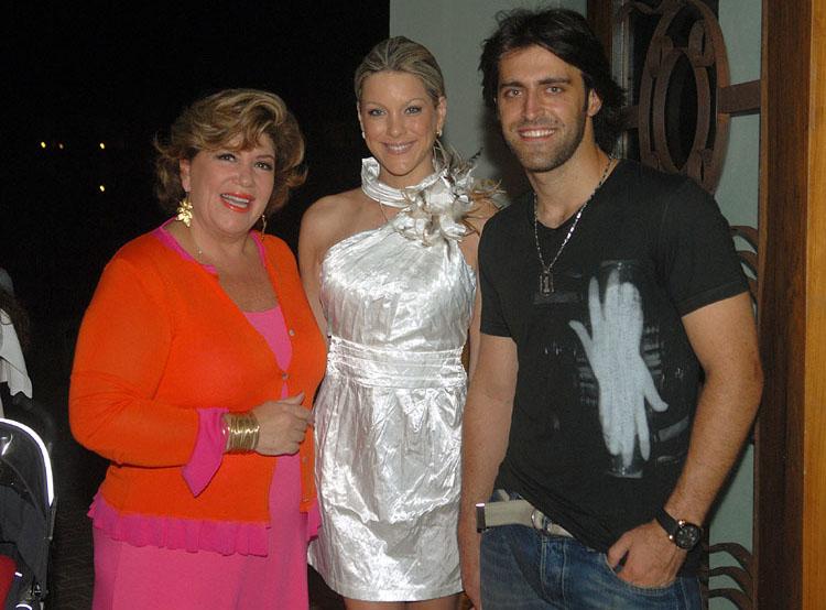 Renata Fan e o namorado Átila Abreu, junto com Silvia Poppovic no ...